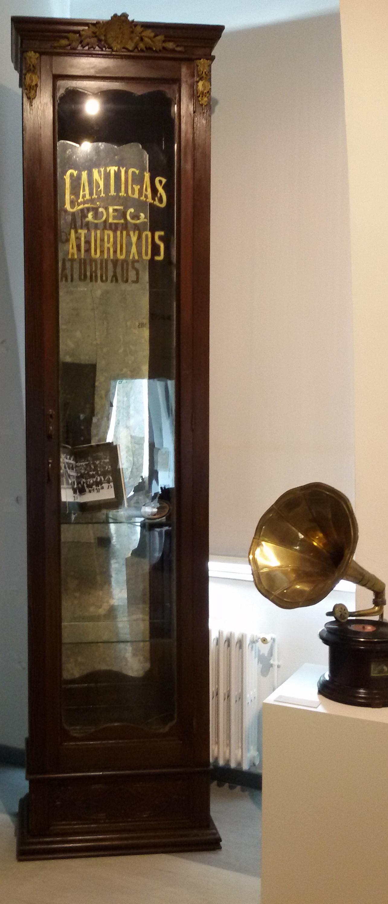 Recuperada a vitrina orixinal de Cántigas e Aturuxos!